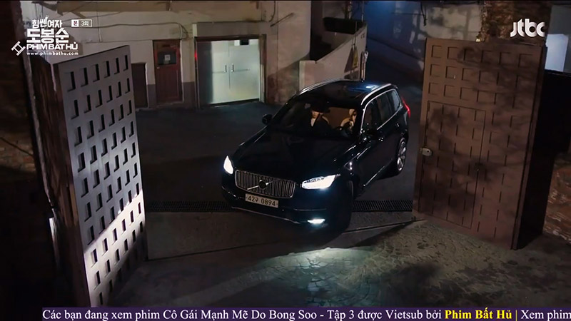 Hình 02 - Xe Volvo XC90 trong phim Cô Gái Mạnh Mẽ